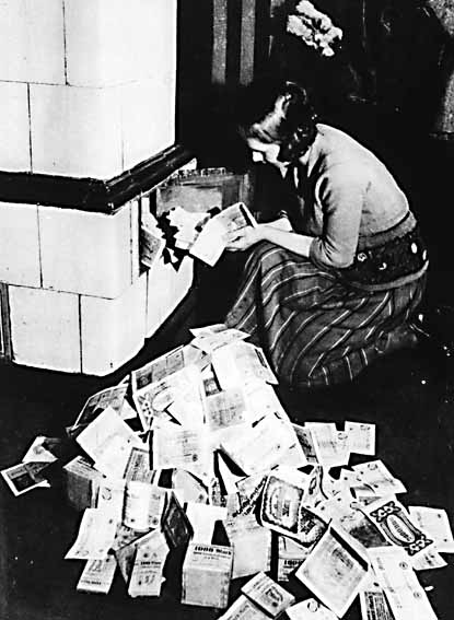 Inflation1923 burning currency